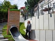 Stadträtin und Schuldezernentin Dr. Kerstin Weinbach freut sich über den umgestalteten Schulhof an der Grundschule Marbach.