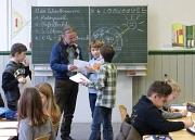 Den Klimawandel begreifen: Umweltpädagoge Udo Wierlemann unterrichtet Schülerinnen und Schüler zum Thema Klimawandel