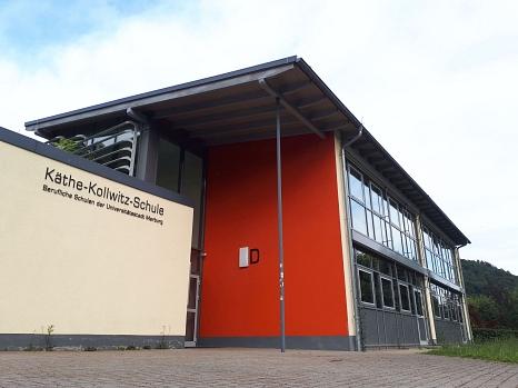 Noch ist es ruhig auf dem Gelände der Käthe-Kollwitz-Schule, doch ab Montag herrscht hier wieder mehr Betrieb – ebenso wie in weiteren Schulen von Stadt und Landkreis.©Birgit Heimrich, Stadt Marburg