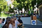 Stadträtin und Schuldezernentin Dr. Kerstin Weinbach (r.) freute sich, den altersgemäß neu gestalteten Schulhof mit einem gemeinsamen Einweihungsfest der Sophie-von-Brabant-Schulgemeinde zu übergeben.