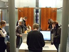 Kunden bedienen die Terminals für die Selbstverbuchung von Medien.