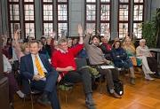 Bei einer Herbsttagung haben sich die Engagierten aus dem Bereich Seniorenarbeit ausgetauscht. Bei den Vorträgen wurden die Teilnehmerinnen und Teilnehmer der Herbsttagung aktiv ein-gebunden und verrieten per Handzeichen, in welchem Jahrzehnt sie geboren