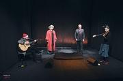 """Gemeinsam mit der Band """"Bloody Merry"""" schickt Oberbürgermeister Dr. Thomas Spies weihnachtliche Musikgrüße in die Senioreneinrichtungen in der Stadt Marburg."""