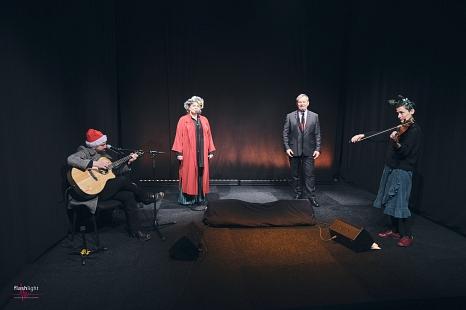 """Gemeinsam mit der Band """"Bloody Merry"""" schickt Oberbürgermeister Dr. Thomas Spies weihnachtliche Musikgrüße in die Senioreneinrichtungen in der Stadt Marburg.©Lukas Kapfer, Flashlight"""