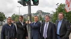 Marburgs Oberbürgermeister Dr. Thomas Spies (mitte) und Stefan Eckert (2. von links), Leiter der Siemens-Division Mobility in Süddeutschland, stellen die Sitraffic SiBike-App vor, die in Marburg offiziellen Deutschlandstart feiert. Gemeinsam mit Bürgermei