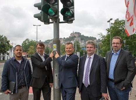 Marburgs Oberbürgermeister Dr. Thomas Spies (mitte) und Stefan Eckert (2. von links), Leiter der Siemens-Division Mobility in Süddeutschland, stellen die Sitraffic SiBike-App vor, die in Marburg offiziellen Deutschlandstart feiert. Gemeinsam mit Bürgermei©Stadt Marburg, Patricia Grähling