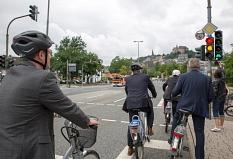 Nur wenige Sekunden, nachdem die Ampel für Radfahrer/innen Grün anzeigt, schaltet auch die Ampel für den motorisierten Straßenverkehr um. Die Radfahrer/innen sind damit an einem möglichen Konfliktpunkt schon vorbei, wenn das abbiegende Auto dort anlangt.©Stadt Marburg, Patricia Grähling
