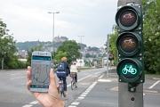 So genannte Grüne Wellen sorgen für einen guten Verkehrsfluss und reduzieren unnötige Brems- und Beschleunigungsmanöver. Was es für Autos und Busse schon gibt, gilt jetzt auch für den Radverkehr – in Marburg bislang weltweit einmalig. Sieben Ampelanlagen