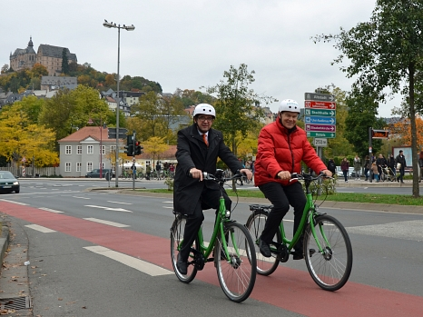 Probierten die Grüne Welle für Fahrräder gleich selbst aus (v.l.): Stefan Eckert, Leiter Siemens-Division Mobility in Süddeutschland und Oberbürgermeister Dr. Thomas Spies.