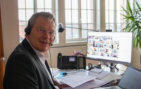 """Gastgeber der Online-Konferenz """"Städte Sicherer Häfen"""": OB Dr. Thomas Spies wünscht sich für die Kommunen """"mehr konkrete Lösungsvorschläge als warme Worte"""".©Patricia Grähling, Stadt Marburg"""