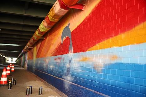 """Um den Jägertunnel optisch aufzuwerten und von seinem Image als """"Angstraum"""" zu befreien, wurden eine Videoanlage installiert und die dunklen Graffitis im Zuge von zwei Spray-Aktionen """"aufgehübscht"""".©Simone Schwalm, Stadt Marburg"""