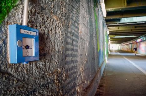Sieben Knöpfe sind im Jägertunnel angebracht, die die Livebild- und Sprechverbindung bei Bedarf aktivieren.©Nadja Schwarzwäller, i.A. d. Stadt Marburg
