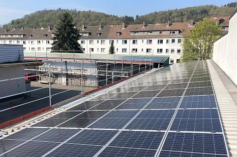 Bei der Online-Konferenz geht es darum, wie Unternehmen ihre eigenen Flächen zur Energiegewinnung mit Photovoltaik nutzen können. Die Stadt Marburg präsentiert auch gute Umsetzungsbeispiele aus der Region, etwa bei der Hessischen Schraubenfabrik oder der©Sonneninitiative e.V.
