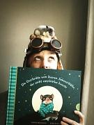 Autorinnenfoto mit Bilderbuch in der Hand.