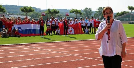 """Stadträtin und Sportdezernentin Kirsten Dinnebier begrüßte die Kinder und Jugendlichen während der Eröffnungsveranstaltung des """"Six Nations Camp"""".©Simone Schwalm, Stadt Marburg"""