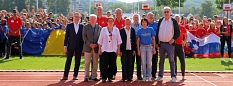 """Stadträtin und Sportdezernentin Kirsten Dinnebier (Vierte von links) hieß gemeinsam mit Ehrengästen und Mitarbeitenden des Fachdienstes Sport die Kinder und Jugendlichen zum """"Six Nations Camp"""" willkommen.©Simone Schwalm, Stadt Marburg"""
