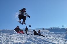 2 Leute sehen gebannt einem Skifahrer hinterher, der im tollkühnen Flug an ihnen vorüber zieht.©Universitätsstadt Marburg