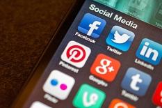 Ein Smartphone mit verschiedenen Apps sozialer Medien auf dem Homescreen.©Jason A Howie über flickr.com, Lizenz CC BY 2.0