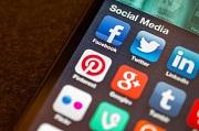 Ein Smartphone mit verschiedenen Apps sozialer Medien auf dem Homescreen.