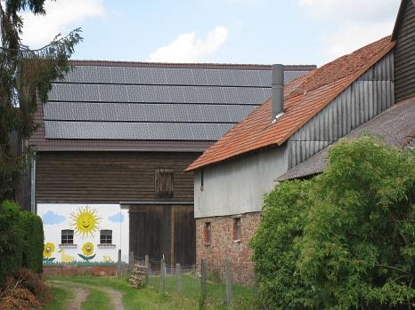 Eine vorbildliche Photovoltaikanlage auf einer denkmalgeschützten Scheune