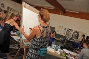 Beim Atelierrundgang konnten die Teilnehmerinnen und Teilnehmer sich über die Arbeit in den Kursen der letzten Sommerakademiewoche informieren, wie hier beim Portraitzeichnen.
