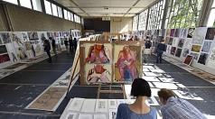 Großflächige Portraits, ungewöhnliche Perspektiven, dazu Theater und Tanz oder Dreidimensionales aus Holz und Stein – bei einem zweistündigen Rundgang erhalten Interessierte einen Einblick in die Ateliers der dritten Akademiewoche.