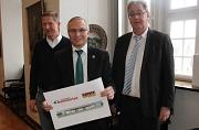 Oberbürgermeister Egon Vaupel (von rechts) stellte zusammen mit Frank Sommerlad und Manfred Schwarz die Pläne für das neue Möbelhaus vor.