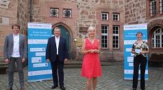 Interessantes Fachgespräch, produktiver Austausch, gute Stimmung beim Treffen von Digitalministerin Prof. Kristina Sinemus (vorne) mit Marburgs OB Dr. Thomas Spies (2.v.l.), Dr. Karen Verbist, Leiterin des Fachdienst Digitalisierung bei der Stadt, und ihr