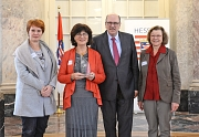 Gratulierten Dr. Elke Therre-Stahl (2. v. l.) zur Auszeichnung: Staatsminister Stefan Grüttner (3. v. l.) sowie für das Gleichberechtigungsreferat der Stadt Dr. Christine Amend-Wegmann, Referatsleiterin (l.), und Christa Winter (r.).