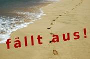 """Wasser und Sandstrand mit Fußspuren, darüber ein Schriftzug """"fällt aus!"""""""