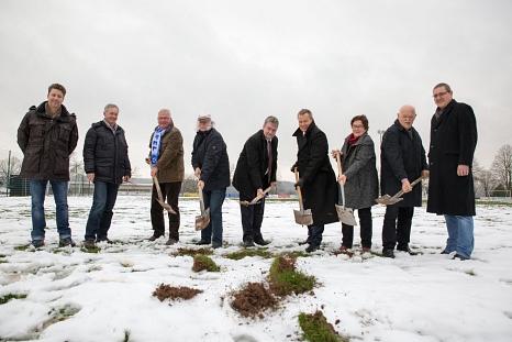 Oberbürgermeister Dr. Thomas Spies (4. von rechts), Bürgermeister Wieland Stötzel (5. von rechts), Stadträtin Kirsten Dinnebier (3. von rechts) und Ortsvorsteher Heinz Wahlers (2. von rechts) setzten gemeinsam mit Vertretern aus Sport und Politik und der©Stadt Marburg, Patricia Grähling