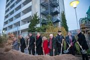 Stadt Marburg, GeWoBau, Altenhilfe St. Jakob und viele weitere am Projekt Altenhilfezentrum St. Jakob am Richtsberg haben den offiziellen Spatenstich für den Baubeginn gesetzt. Geplant ist eine Eröffnung im zweiten Quartal 2021.