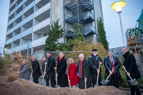 Stadt Marburg, GeWoBau, Altenhilfe St. Jakob und viele weitere am Projekt Altenhilfezentrum St. Jakob am Richtsberg haben den offiziellen Spatenstich für den Baubeginn gesetzt. Geplant ist eine Eröffnung im zweiten Quartal 2021.©Patricia Grähling, Stadt Marburg
