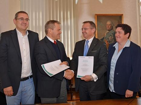 Oberbürgermeister Dr. Thomas Spies (2. v. l.) und der Vorsitzende von Special Olympics Hessen, Clemens Traugott (3. v. l.), unterzeichneten den Kooperationsvertrag für die zweiten Landesspiele in Marburg. Sportamtsleiter Björn Backes (l.) und die Leiterin©Stadt Marburg, Philipp Höhn