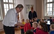 21 Kinder und ihre Betreuerinnen – hier Erzieherin Marianne Günther – überreichten Oberbürgermeister Vaupel (links) die Spende für die zu betreuenden Kinder der Marburger Flüchtlingshilfe.