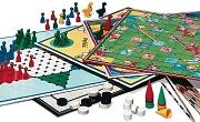 Auswahl an bunten Brettspielen mit Figuren