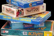 Sammlung von übereinander gestapelten Spielen.