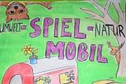 Der Text Umwelt-Spielmobil-Natur, gemalt mit Baum, grüner Wiese und einem roten Spielmobil.