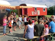 Eine Tanzvorführung des Spielmobils zum Thema Afrika, zahlreiche Eltern schauen zu.