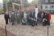 Beim Gruppenfoto mit Bürgermeister Dr. Franz Kahle zeigten sich alle Beteiligten stolz auf ihr Werk – den neuen Spielplatz von Dagobertshausen.