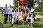 Bürgermeister Wieland Stötzel (3.v.l.) übergab die neuen Spielgeräte zusammen mit Ortsvorsteher Hermann Heck (l.) an die Kinder und ihre Eltern.
