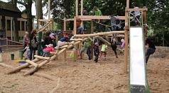 """Sofort nach der Eröffnung nutzten die Kinder den """"Kletterdschungel"""" des neuen Spielplatzes am Portal Gisselberg."""