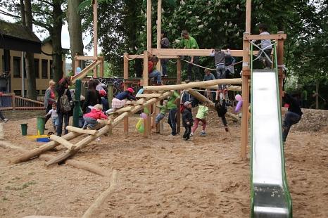 """Sofort nach der Eröffnung nutzten die Kinder den """"Kletterdschungel"""" des neuen Spielplatzes am Portal Gisselberg.©Heiko Krause, Stadt Marburg"""