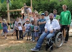 Zusammen mit der Vielzahl an Beteiligten eröffnete Bürgermeister Wieland Stötzel den neu gestalteten Spielplatz am Görlitzer Weg.©Heiko Krause i.A.d. Stadt Marburg