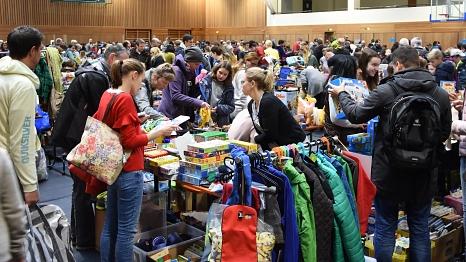 Ein Stand mit vorwiegend Textilien sind zahlreichen Besuchern bei der Spielzeugbörse.©Universitätsstadt Marburg