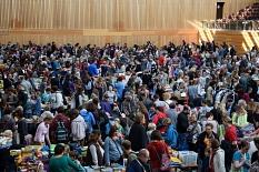Ein Blick in die große Sporthalle am Georg-Gaßmann-Stadion: überall sind nur Besucher zu sehen, ein großes, buntes Treiben.©Universitätsstadt Marburg