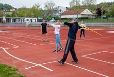 Sportlehrer Martin Triebstein zeigt Schülerin Timea nochmal die genaue Wurftechnik beim Speerwerfen.©Patricia Grähling, Stadt Marburg
