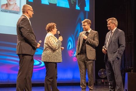 Oberbürgermeister Dr. Thomas Spies (rechts), Stadträtin Kirsten Dinnebier (2.v.l.), Sportamtsleiter Björn Backes (l.) und Poetry Slammer Lars Ruppel begrüßen die Gäste bei der Sportlerehrung 2019.