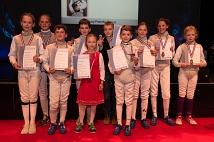Die Fechter*innen des VfL Marburg wurden nach ihrer Vorführung für ihre Platzierungen bei den Hessischen Schüler- und Jugendmeisterschaften ausgezeichnet.