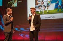 Jonas Pfalz (rechts), Spieler der U18-Fußballnationalmannschaft und Sohn der Stadt Marburg, erhielt nach kurzem Interview mit Moderator Lars Ruppel eine Sonderauszeichnung.